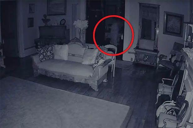 Un Fantome Vetu En Blanc Filme Dans Une Maison Hantee Video